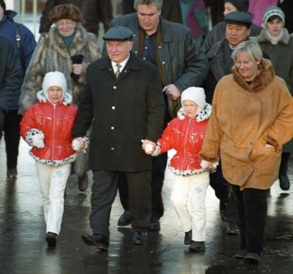 Юрий Лужков с Еленой Батуриной и дочерьми, 1999 год