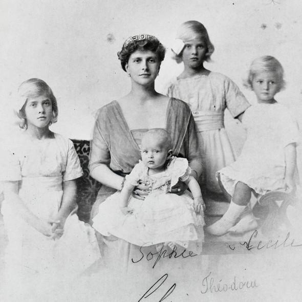 Принцесса Алиса с дочерьми: на коленях у нее сидит Софи, рядом с ней слева  Маргарита, а справа на подлокотнике дивана Сесилия. Теодора стоит между матерью и сестрой