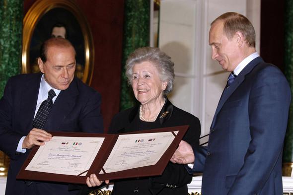 Президент России Владимир Путин (справа), премьер-министр Италии Сильвио Берлускони во время вручения первой Совместной награды президента России и премьер-министра Италии Ирине Антоновой, 2004 год