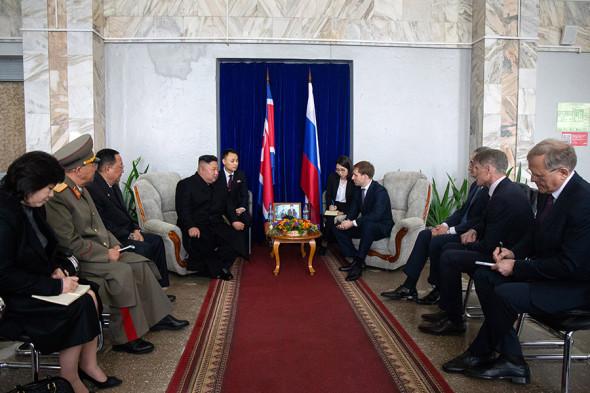 В центре, слева направо: лидер КНДР Ким Чен Ын и министр по развитию Дальнего Востока Александр Козлов