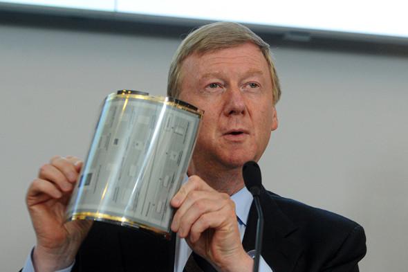Генеральный директор «Роснано» Анатолий Чубайс демонстрирует гибкий монитор электронного ридера Plastic Logic 100, 2011 год