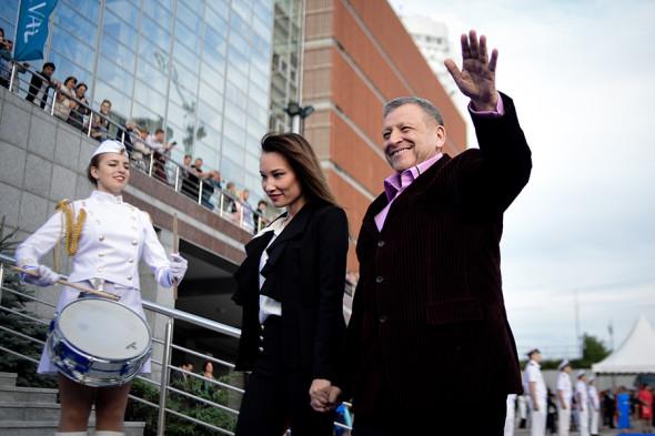 Борис Грачевский с супругой актрисой Екатериной Белоцерковской во время церемонии открытия юбилейного XV Международного кинофестиваля стран АТР «Меридианы Тихого», 2017 год