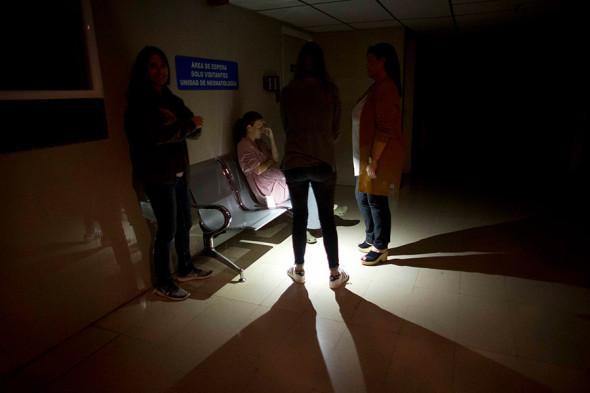 Матери ждут возле детской палаты интенсивной терапии в одной из клиник Каракаса
