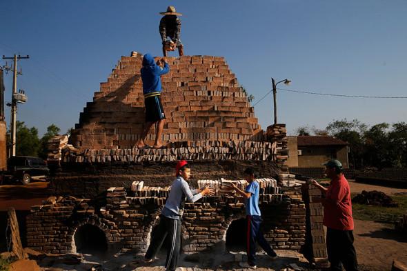 Дети на фабрике в Тобати, Парагвай, сентябрь 2020 года