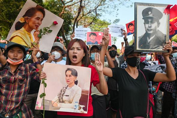 Митингующие требуют освободить Аун Сан Су Чжи, Янгон, 8 февраля. Три пальца вверх символизируют неповиновение власти