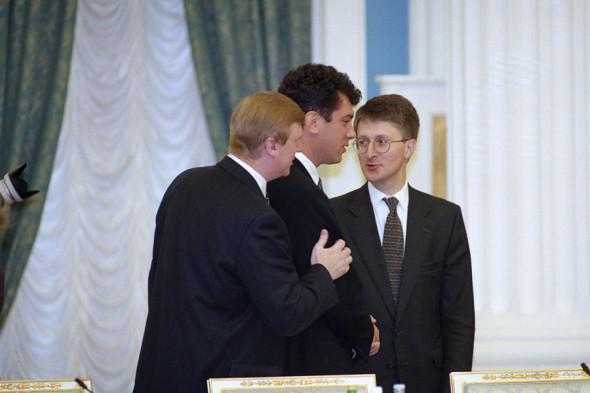 Первые вице-премьеры правительства Анатолий Чубайс, Борис Немцов и вице-премьер - председатель Госкомимущества Максим Бойко, 1997 год