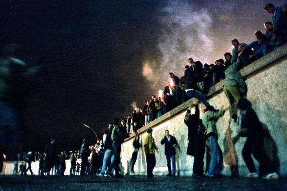 Картинки по запросу Падение Берлинской стены