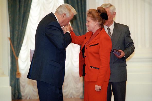 Борис Ельцин и Элина Быстрицкая во время ее награждения орденом «За заслуги перед Отечеством» II степени