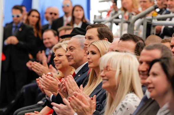 Премьер-министр Израиля Биньямин Нетаньяху (второй слева) и его жена Сара, старший советник и зять президента США Джаред Кушнер (третий слева), дочь президента США Иванка Трамп (в центре), министр финансов США Стивен Мнучин