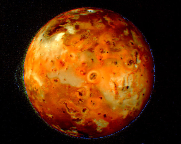 Ио — естественный спутник Юпитера, на поверхности которого расположены более 400 действующих вулканов