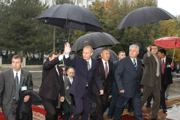 В центре слева направо: Владимир Путин, президент Казахстана Нурсултан Назарбаев и президент Молдавии Владимир Воронин, 2002 год