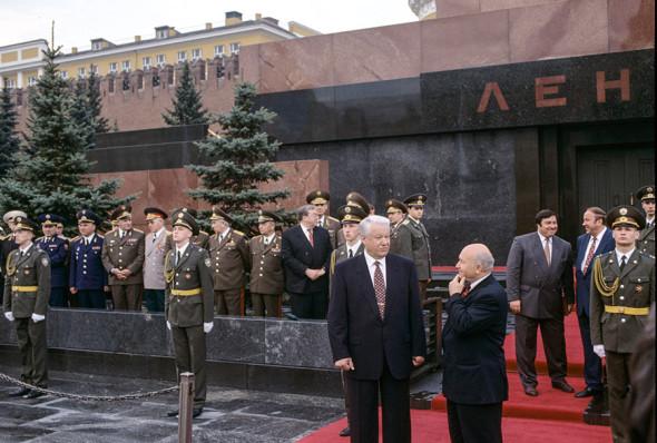 Президент России Борис Ельцин и Юрий Лужков на праздновании Дня Победы в 1996 году