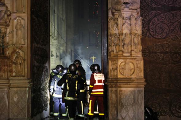 Последствия пожара внутри собора Парижской Богоматери (фото)