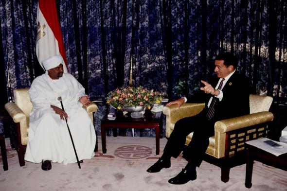 Омар аль-Башир и президент Египта Хосни Мубарак (справа). 1993 год