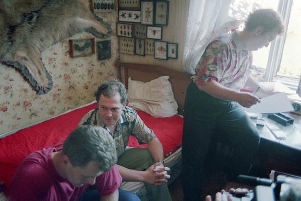 Сергей Мавроди (справа) знакомится с ордером на разрешение изъять документы ОАО «МММ»