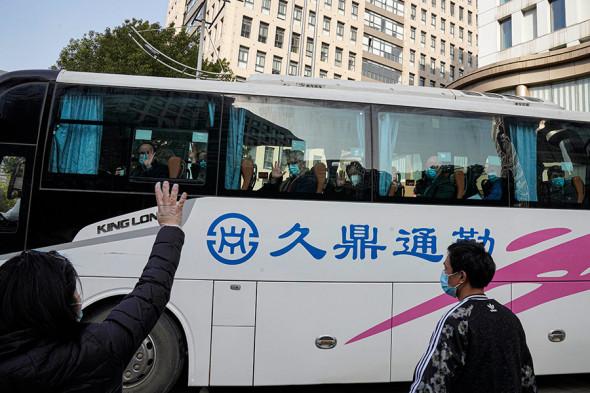 Эксперты ВОЗ покидают отель, где они провели двухнедельный карантин, 28 января