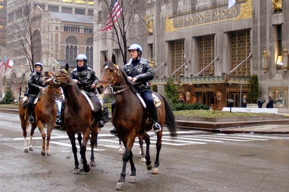 """Патруль конных полицейских перед зданием отеля """"Астория"""", где проводилось заседание форума"""