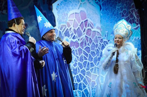 Певец Иосиф Кобзон и мэр Москвы Юрий Лужков во время выступления на церемонии встречи Деда Мороза на Манежной площади