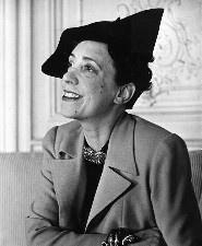 Эльза Скиапарелли (итал. Elsa Schiaparelli; 10 сентября 1890, Рим, Италия — 13 ноября 1973, Париж, Франция) — парижский модельер и дизайнер, создательница понятия «прет-а-порте». Основала свой Дом моды