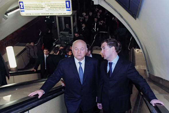 Юрий Лужков и президент России Дмитрий Медведев на станции метро «Лубянка» после теракта 29 марта 2010 года