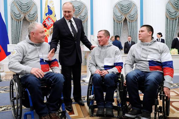 Слева направо: керлингист Александр Шевченко, Владимир Путин и керлингисты Константин Курохтин, Андрей Мещеряков.