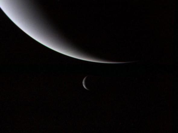 Планета Нептун и его спутник Тритон