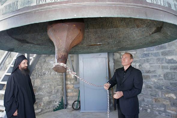 Президент России Владимир Путин на звоннице русского монастыря Святого великомученика и целителя Пантелеймона на Святой горе Афон. 2005 год