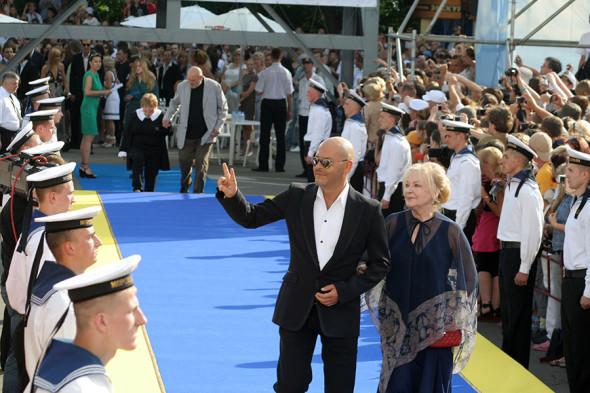 Актер и кинорежиссер Федор Бондарчук и Ирина Скобцева перед началом церемонии открытия фестиваля «Кинотавр» в Сочи в 2008 году