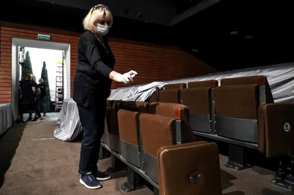 Сотрудница проводит дезинфекцию поверхностей в Театре на Таганке