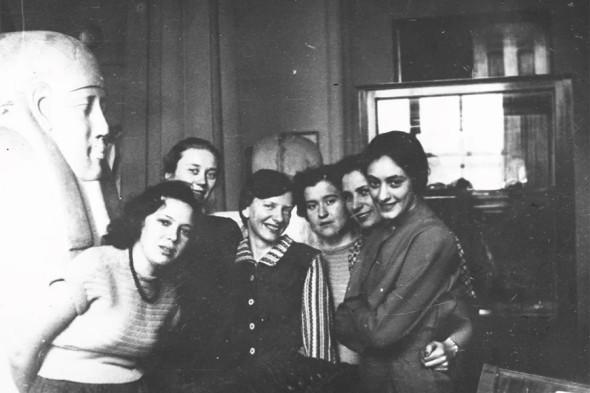 Антонова (третья справа) с сотрудниками музея, 1950–1953 годы