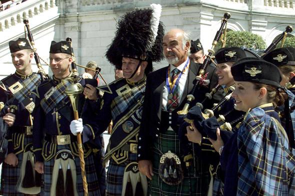 2001 год, Шон Коннери перед зданием Капитолия в Вашингтоне с духовым оркестром ВВС США после вручения награды Уильяма Уоллеса (Уильям Уоллес — один из борцов за независимость Шотландии в XIII веке)