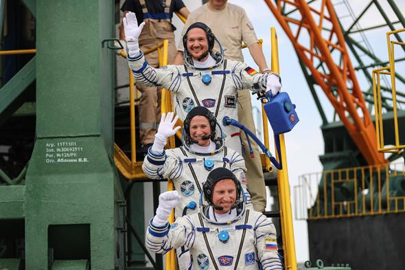 Члены основного экипажа МКС-56/57 (снизу вверх): космонавт Сергей Прокопьев, астронавт Серена Ауньон-Ченселлор (США) и астронавт Александер Герст (Германия)