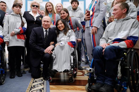 Владимир Путин и российская лыжница Акжана Абдикаримова (в центре)