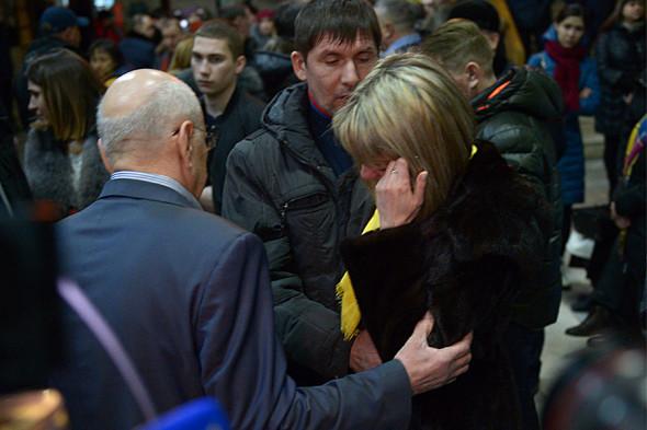 Губернатор Оренбургской области Юрий Берг (слева) во время общения в аэропорту с родственниками погибших