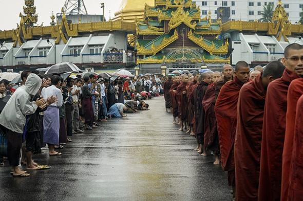 Демонстрация в поддержку борьбы буддийских монахов с военной хунтой в Бирме