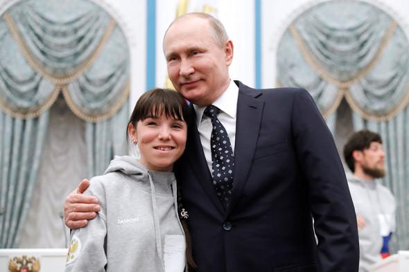 Владимир Путин и лыжница Марина Галицына