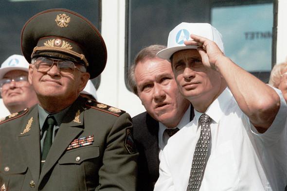 Владимир Путин и министр обороны Игорь Сергеев (слева) наблюдают за полетами авиционной техники на 4-м Международном авиакосмическом салоне (МАКС-99)