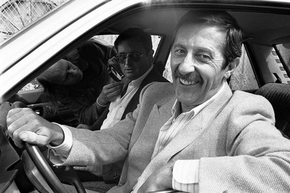 Рошфор (на переднем плане) с актером и режиссером Виктором Лану на съемках фильма «Воскресенье полицейского» в 1983 году