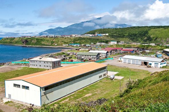 Поселок Курильск на острове Итуруп Курильской гряды. Сзади — вулкан Богдан Хмельницкий