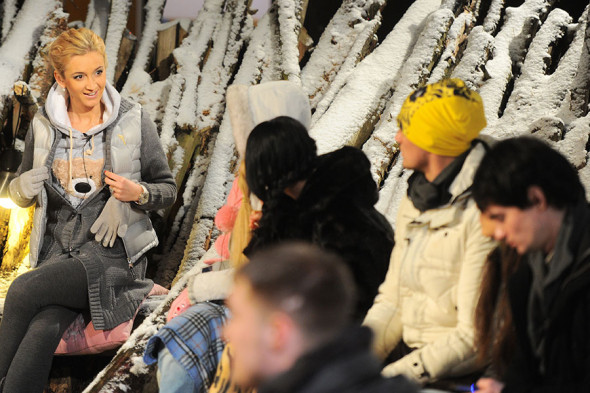 Телеведущая Ольга Бузова (крайняя слева) на съемочной площадке «Дом-2»