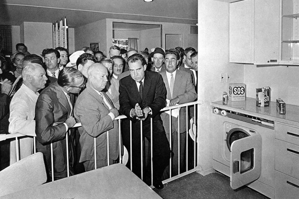 На переднем плане слева направо: Никита Хрущев и Ричард Никсон