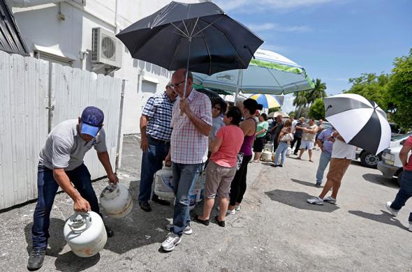 Местные жители покупают пропан в городе Хайалиа во Флориде