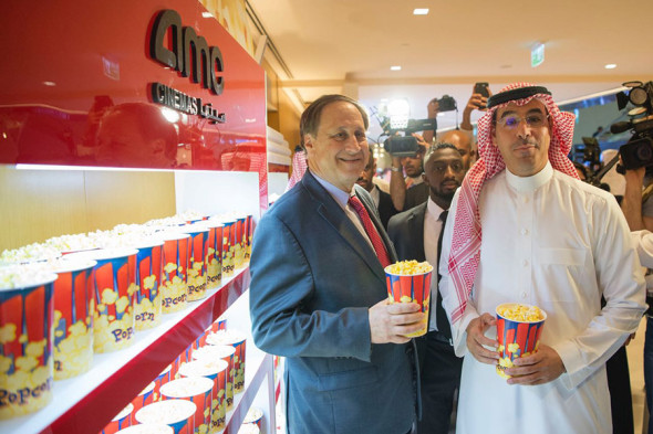 Глава AMC Entertainment Holdings Адам Арон (слева) и министр культуры Аввадбин Салех Алавад