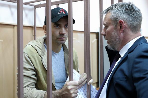 Михаил Абызов и один из его адвокатов Алексей Кирсанов (справа)