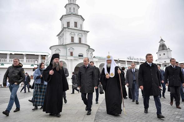 Владимир Путин, патриарх  Кирилл, премьер-министр Дмитрий Медведев (справа) и председатель правления Благотворительного фонда по возрождению Воскресенского Ново-Иерусалимского монастыря Виктор Зубков (второй справа)