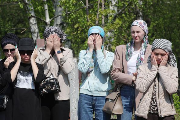 Похороны одной из погибших учительниц на Самосыровском кладбище