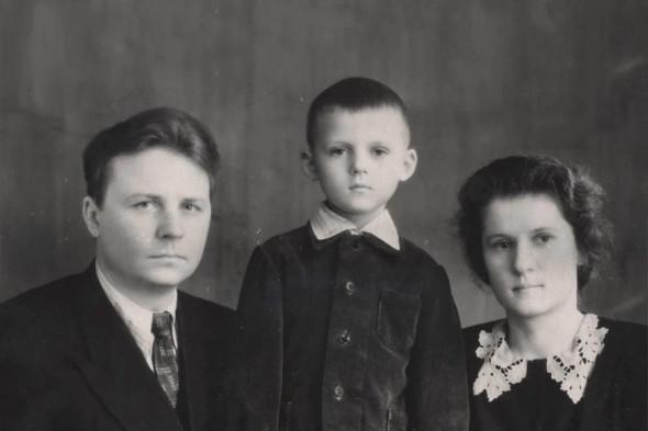 На фото Егор и Зинаида Лигачевы с сыном Сашей