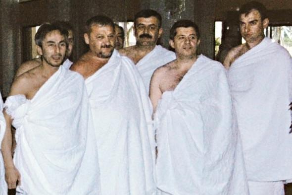 Хадж в Саудовской Аравии, 2004 год. Президент Чеченской Республики Ахмат Кадыров (второй слева) и сенатор от Чечни Умар Джабраилов