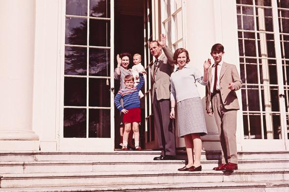 Королева Елизавета II и принц Филипп с детьми: на руках у матери младший сын Эдвард, а рядом Эндрю. Справа от отца стоят Анна и Чарльз