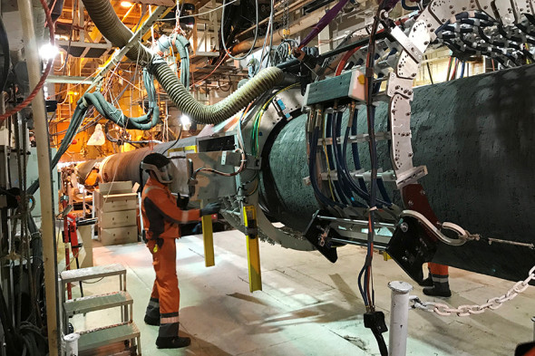 Специалист на борту глубоководного трубоукладочного судна Solitaire компании Allseas, 13 сентября 2019 года
